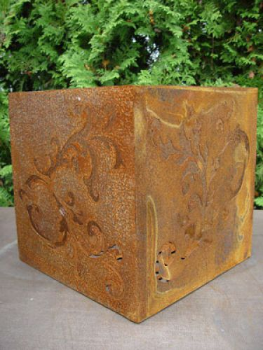 Barockwürfel aus rostigem Metall, 33 cm x 33 cm